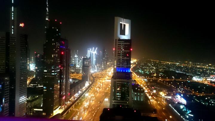 Blick auf Sheikh Zayed Road von L43 Sky Lounge